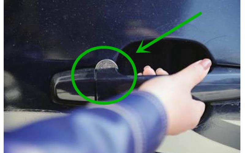如果你發現車子副駕駛座的門把被塞錢幣時,請小心可能已被竊賊盯上!
