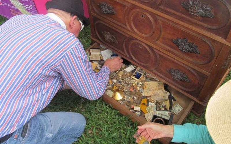 發財了!花3000元買的二手木櫃傳出怪聲,他打開抽屜暗層一看「滿滿全是金銀珠寶」!