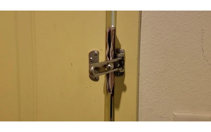 飯店門鎖有多不安全? 他實測「30秒就被破解」 只用了一張廣告傳單
