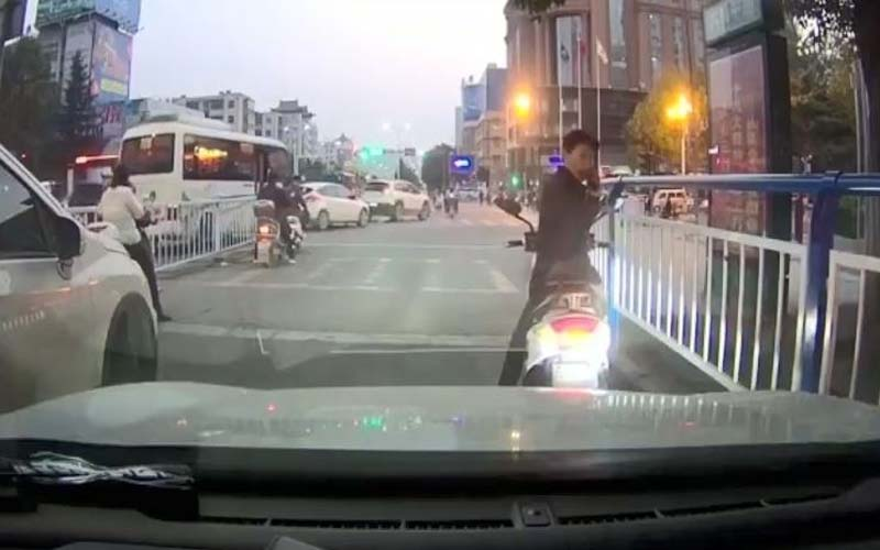 已經綠燈了機車騎士繼續講手機「被叭還回頭飆髒話」,幾秒後「畫面太療癒」網友狂按重播(影)