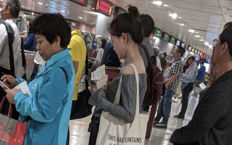 台北機場這一幕讓外國人傻眼!女子背「超危險包包」網驚:是看不懂還是裝不知?
