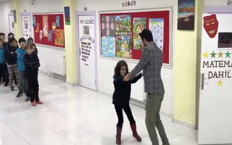 想上課先尬舞!這個老師在每天上課前和每個學生跳一支舞,他們的感情讓大家好羨慕~