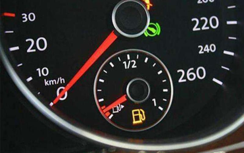 「油箱見底,加油站又還離很遠」油錶亮燈不要緊張!5招讓你撐到加油站