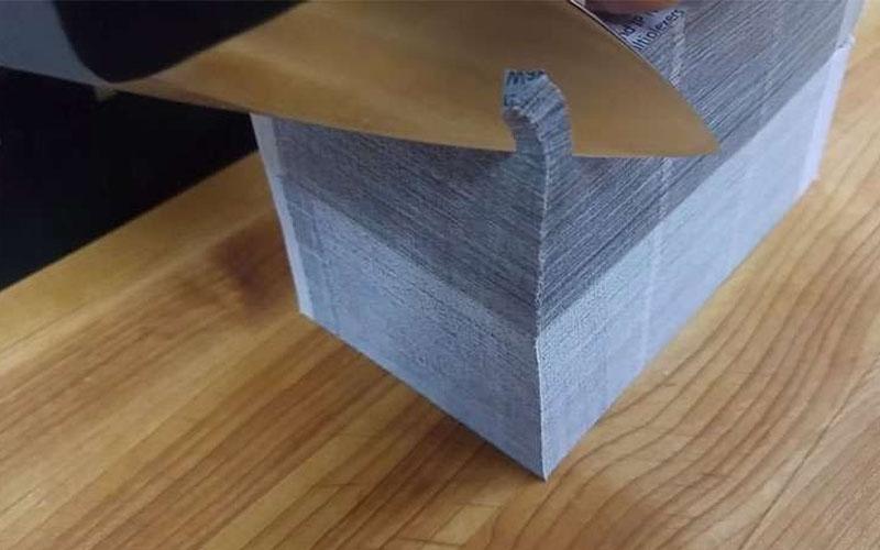 一刀切下超厚的一疊紙,療癒到不行的畫面「會忍不住按重播」!