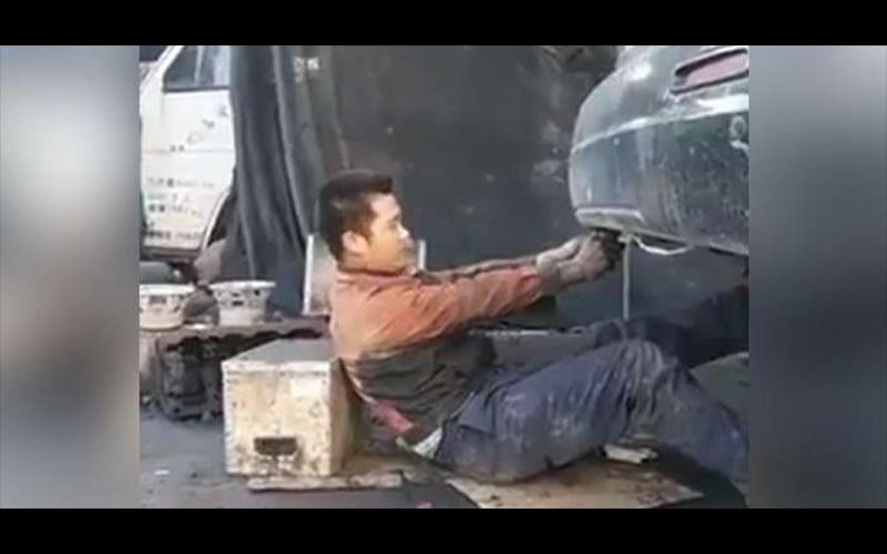 修車師傅被排氣管襲擊「一秒臉全黑」只看到眼白和牙齒!網笑瘋:你沒事吧?