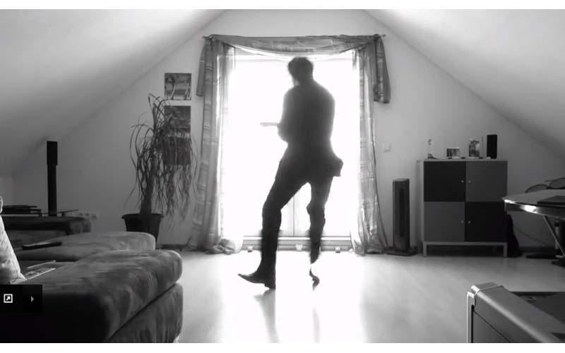 他的跳舞影片有3700萬網友觀看,這段「房間背光舞蹈」讓網友驚訝「太好看了」