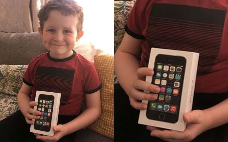小男孩收到爸爸送的蘋果手機笑得好開心,下一秒打開盒子臉馬上垮下來!