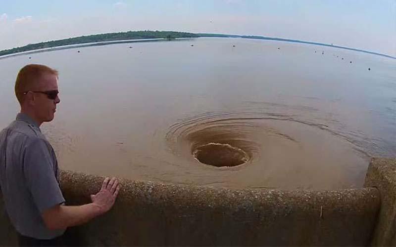 美國大水庫出現駭人巨型漩渦!軍方:可以吸入一艘船!!