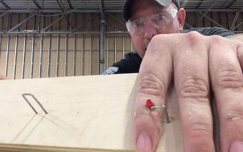 假裝手指被釘子釘住請同事來幫忙,對方的反應比預期中還要爆笑!