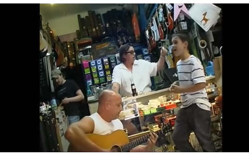小男孩在樂器行試唱,根本歌神!唱到一半被老闆打斷「等等!我找朋友來聽」