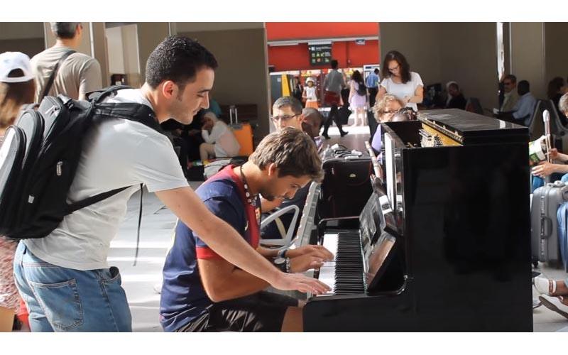 白衣男在車站裡「被鋼琴吸引」站一旁,不久後他便決定要「出手」乘客們都看傻了…