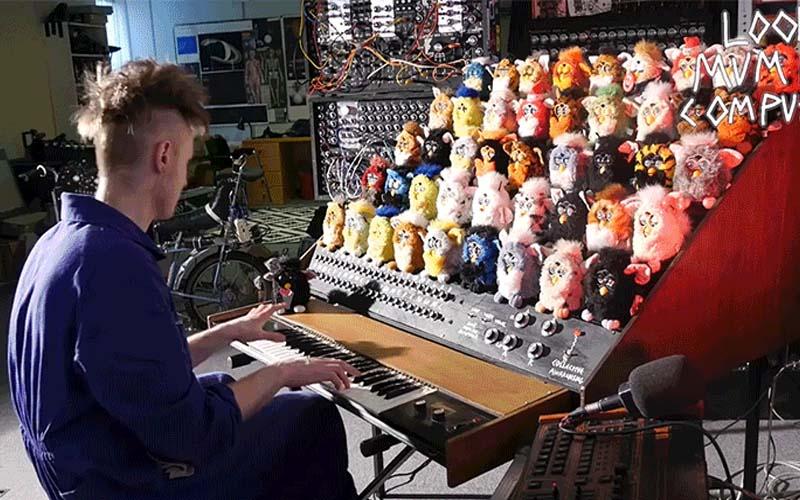 男子將44隻的絨毛玩偶打造成「絨毛玩偶鍵盤」,彈出一首有點可愛又有點詭異的曲子!