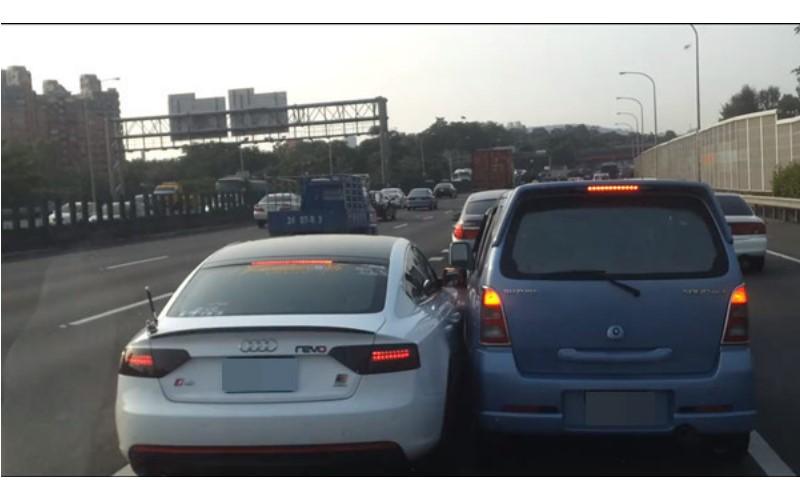 在國道「惡意逼車」切換車道超囂張!下一秒「現世報」:超級紓壓!