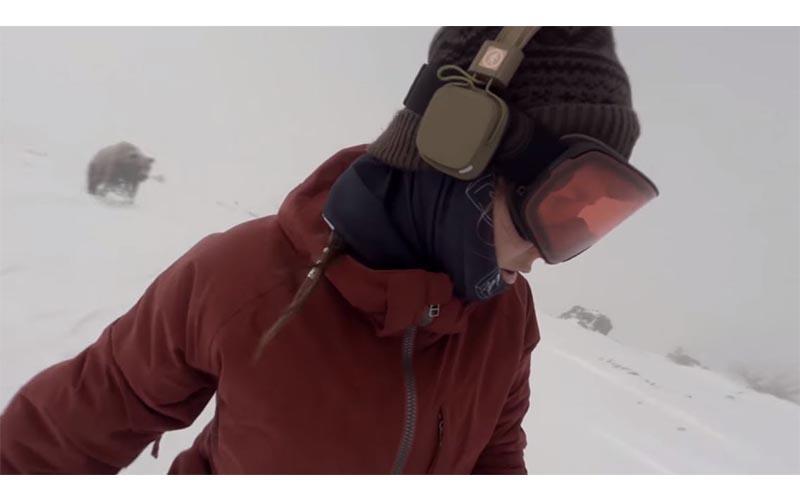 她戴耳機悠哉滑雪自拍,渾然不知背後「巨熊沿路追殺」直到重看影片才發現自己逃過一劫!