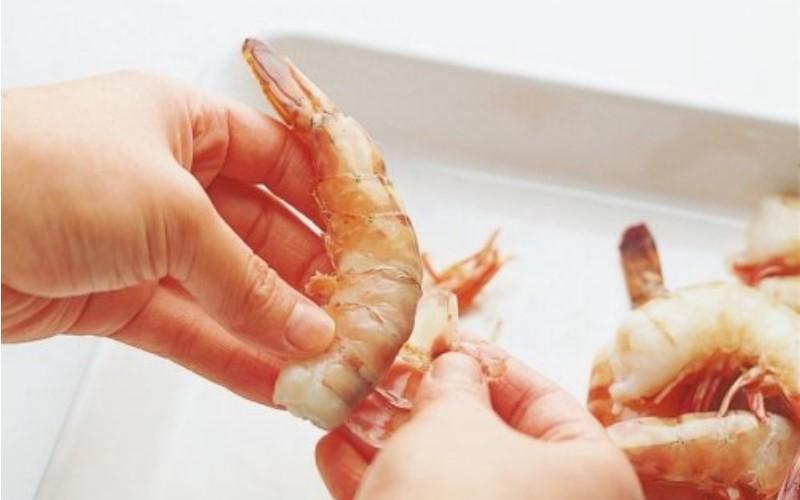 超簡單「3秒剝蝦」方法!學起來就可以優雅地狂嗑大蝦