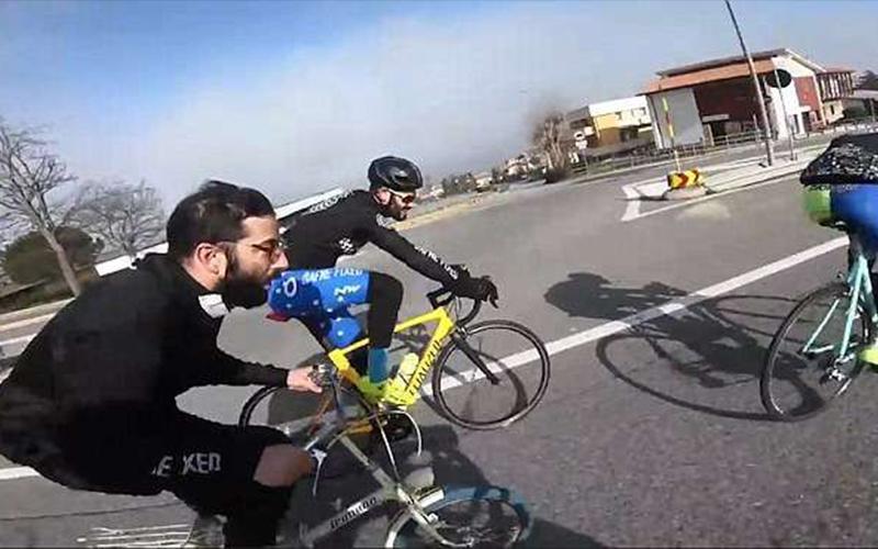 電翻專業自行車手!牧師「如有神助」騎著小折在公路上狂飆,看到他的超神車技眾人都瘋狂了!