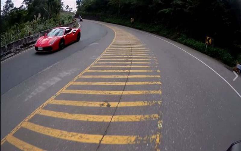 在「對向車道」看到跑車開過請防禦性靠邊閃,騎士PO影片警惕讓網友看了驚呼「是我應該七天後回家了」!
