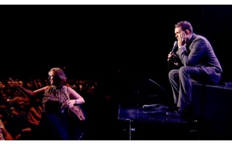 演唱會上一位母親「粗魯的打斷表演」全場傻眼,沒想到下一秒卻引起掌聲如雷的歡呼!