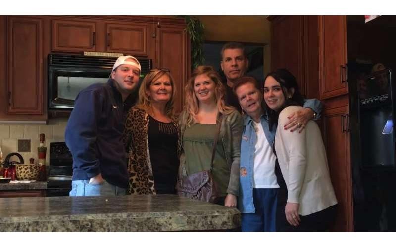 家人準備拍照時「宣布懷孕消息」 完美紀錄全家驚喜、大哭的瞬間