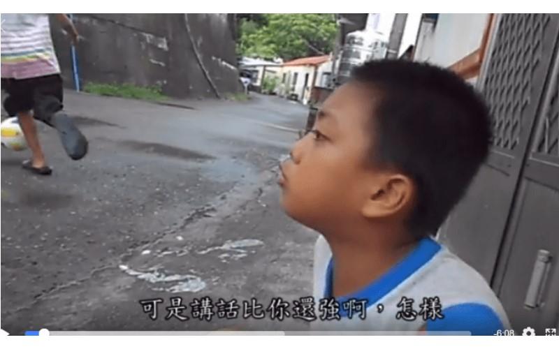 「你吵架都輸我ㄟ」小男孩開嗆鄰居,雙方互槓3分鐘「最後一句話」讓他心虛網友全笑翻!