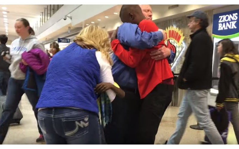 白人夫妻領養黑人兄弟卻被迫拆散!3年後「機場重逢」超感人