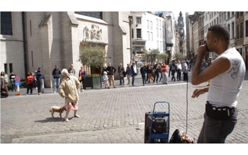 街頭藝人表演B‒box「老奶奶突然亂入」但她的舞技讓全場為她尖叫!