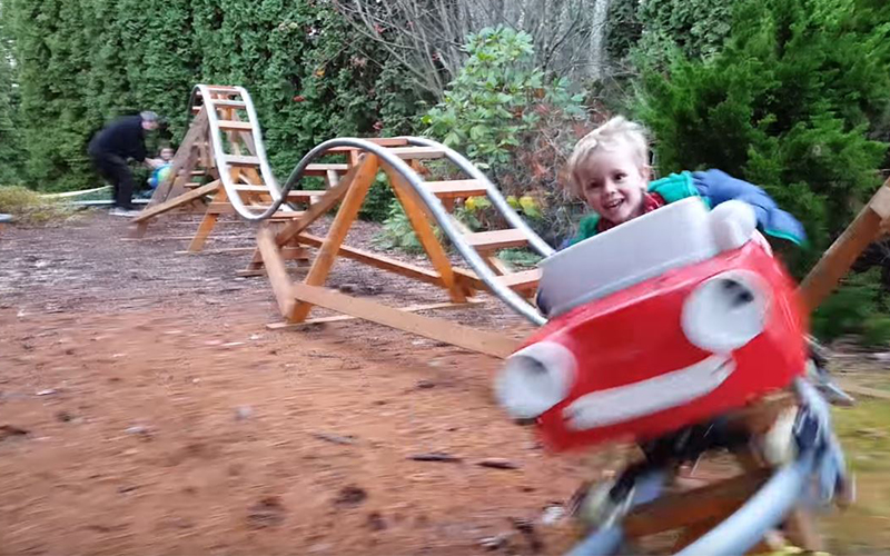超狂爺爺在家後院「親手打造雲霄飛車」送給孫子!超狂成果讓網友直呼「還缺孫子嗎」