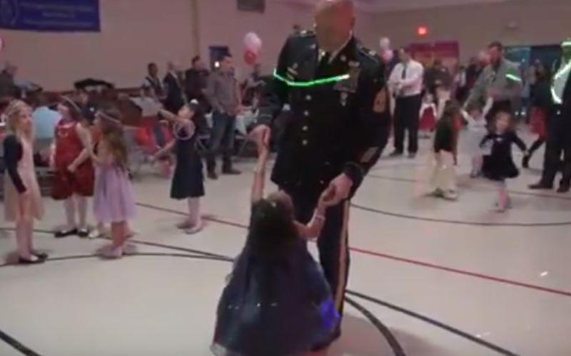 「軍人爸爸意外離世」沒人當她舞伴,但舞會這天有位士官長叔叔「開豪華禮車出現在門口」!