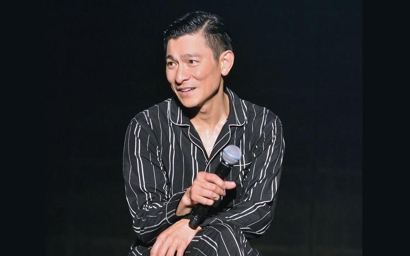 50歲劉德華「穿睡衣」在舞台上唱出《17歲》沒想到把自己給唱哭了.....