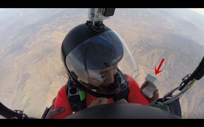 男友在3000公尺高空中求婚,戒指卻不小心被吹走!當降落地面後還有個大驚喜等著她!