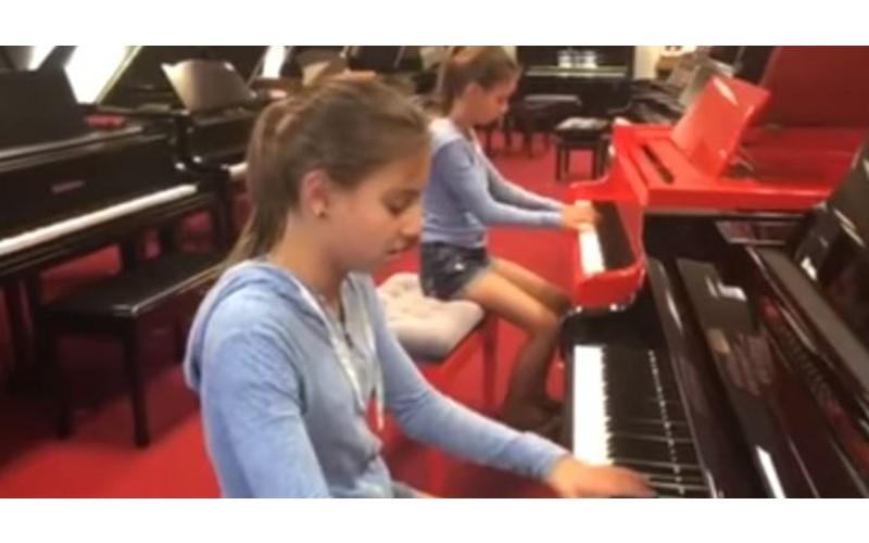 雙胞胎走進鋼琴店,她隨手彈2下後...妹妹「神默契加入」:難道真有心電感應?