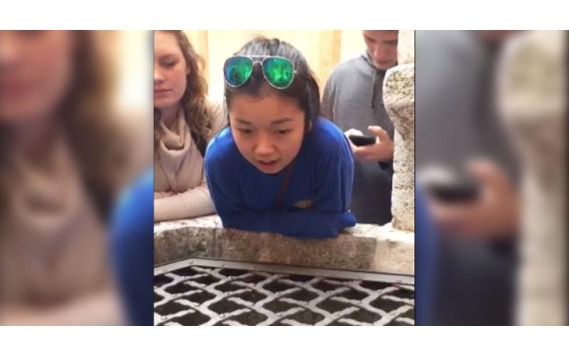 17歲少女對著義大利的古井唱歌 「超完美天籟」爆紅網路!