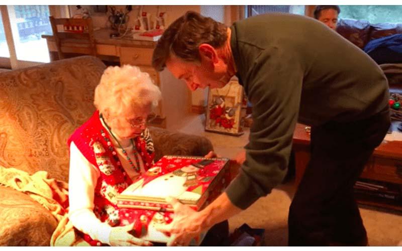 這位奶奶內心一直有個心願,貼心的兒子已準備了「聖誕驚喜」奶奶的反應讓網友哭了!