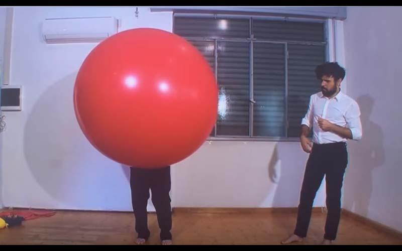 日本奇葩節目挑戰「在氣球裡面換衣服」主持人笑到不行,看到最後尷尬了!