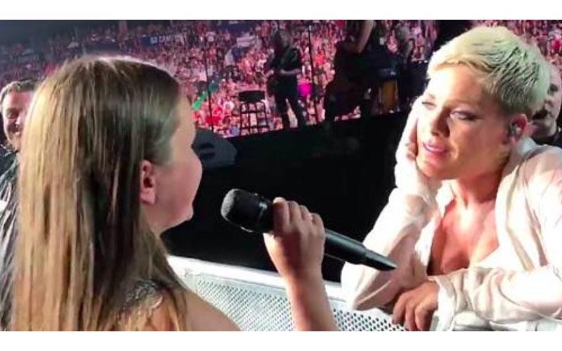 12歲小粉絲跪求偶像「演唱會上讓她唱」一開口驚豔全場!連歌后都變粉絲