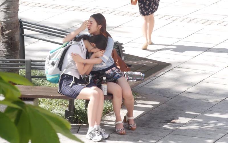街頭實驗「我現在很難過,你能抱抱我嗎?」這幾位路人的行為讓我也忍不住淚崩。