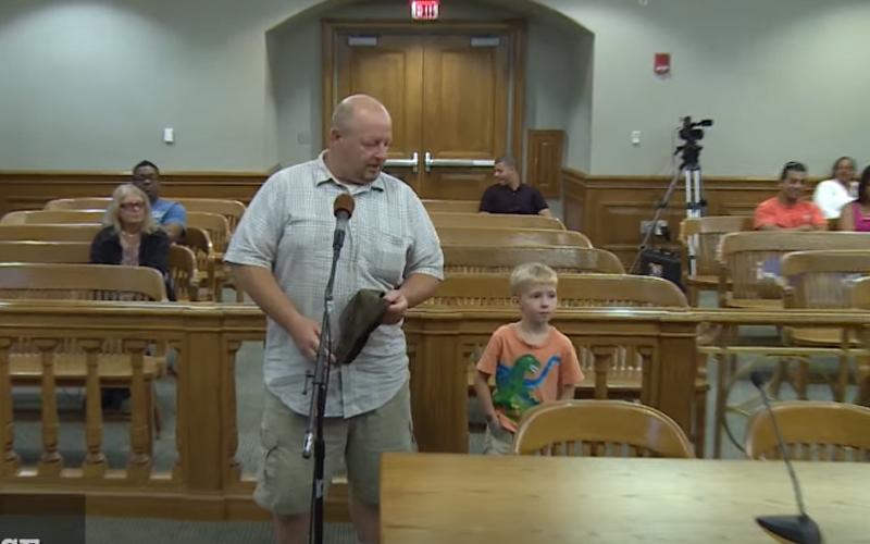 爸爸帶著5歲兒子出庭,法官請他上台幫忙審理結果兒子冒出一句話全場笑翻,爸爸即刻被豁免!