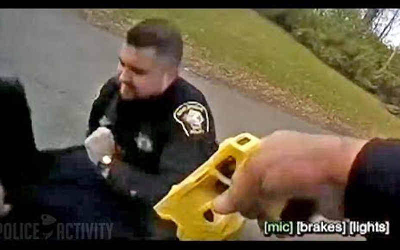 笑噴!警察掏電擊棒打算制伏嫌犯,竟「射到旁邊同事」烏龍畫面讓網友笑倒:哪來的豬隊友?