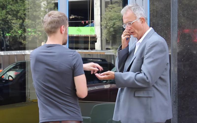 流浪漢改造後穿西裝向路人借錢「路人二話不說掏錢」,當他「再次換回衣服」結局震撼了每個人!