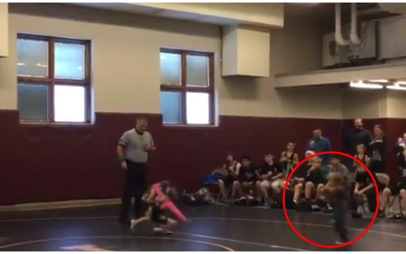 不知道在比賽...2歲小男孩看到姊姊「被人壓住」,7PUPU「衝進場內」救姊姊!
