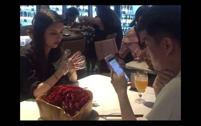 正妹女大生餐廳內面對面幫你剝蝦,這奇特兼差「月收入高達5萬台幣」!