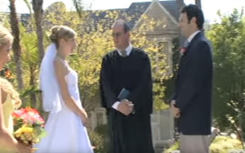新郎新娘正要交換戒指,伴郎一個重心不穩...隨即引發「一連串永生難忘的蝴蝶效應」!
