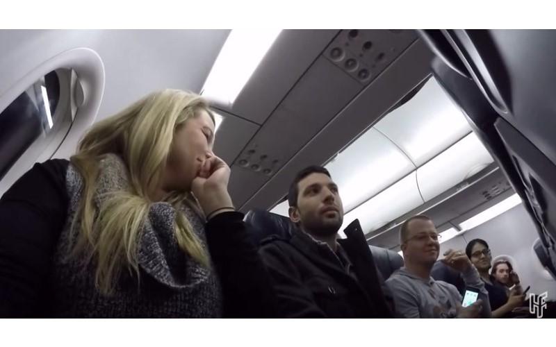 機長突然廣播:「恭喜座位29E的乘客贏得大獎~」聽到自己被叫到一臉茫然....下一秒「大驚喜」全機都替他鼓掌!