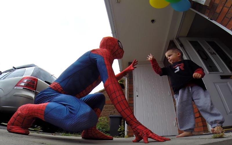 兒子只剩1年...爸爸「扮成他最愛的蜘蛛人」從天而降!小男孩一看到反應讓大家潰堤了....