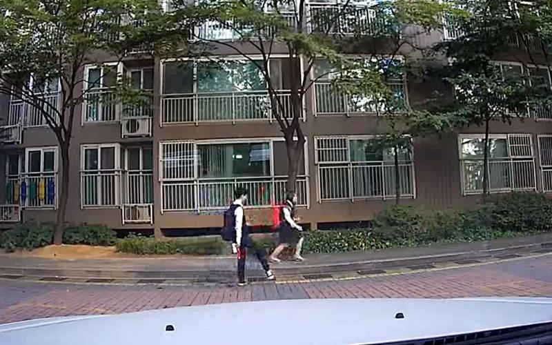 南韓學生放學超嗨,以為沒人看見「人行道上忘情尬舞」全被行車記錄器錄下來:太可愛!