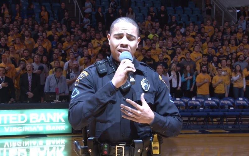 歌手大遲到「警察救場」代唱!他拿起麥克風後...網友驚嘆:高手在民間啊!