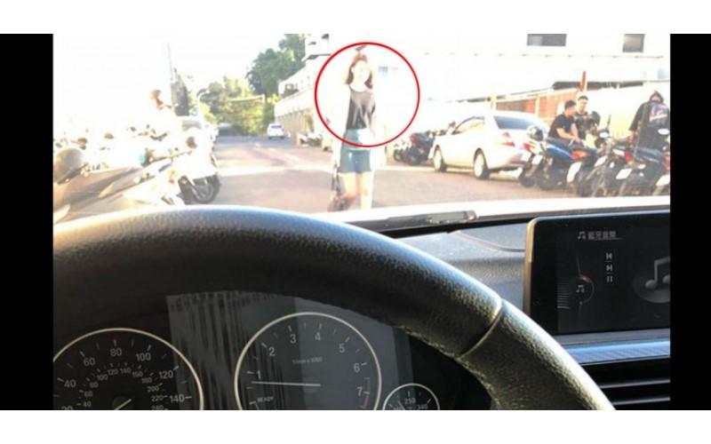 他開車接女友「誤認正妹」超糗!網友眼尖車種… 瞬間全歪樓:搭訕新招!