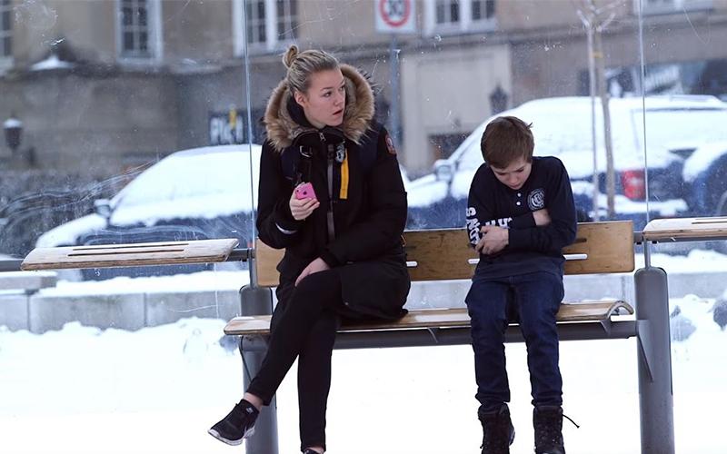 你會怎麼做?小男孩「外套被偷」在公車站狂發抖,社會實驗結果證明這社會「比你想像中溫暖」!