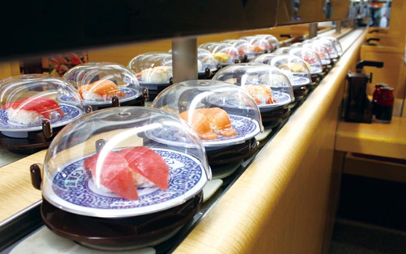 日本迴轉壽司店「盤子自動回收」超狂!盤子架攝影機「從洞口一路通到流水道」設計驚艷全球!