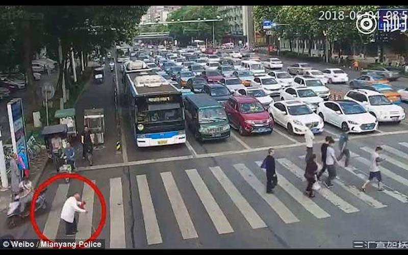 心都暖了!老爺爺過馬路太慢,走到一半已經綠燈了!他見狀立刻跑過去背老爺爺到安全處!